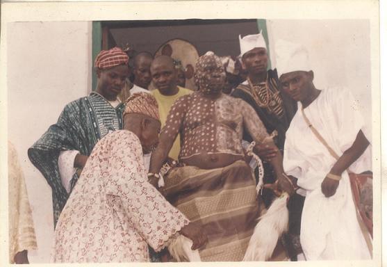 Araba Agbaye (center), son of the Araba- Owolabi Aworeni (right)